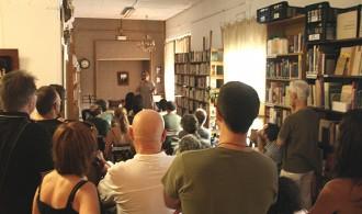 La paraula, eix del segon aniversari de la llibreria Papasseit