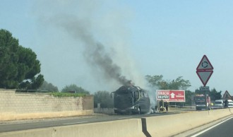 Crema el motor d'un autocar a Reus creant una important columna de fum