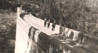 Excursionistes sobre la presa del pantà de la Xuriguera (anys 20) / Foto: Rafel Comes