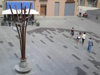 La plaça Sant Eudald recupera el banc circular de pedra i estrena un fanal