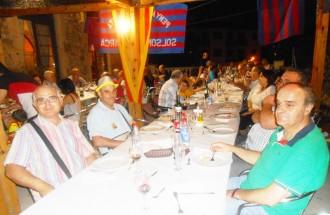 Unes 60 persones participen al sopar a la fresca de la Penya Barcelonista