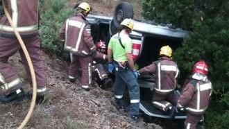 En estat molt greu després que el seu cotxe bolqués i caiés per un barranc