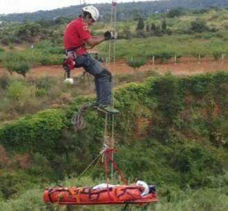 Vés a: Rescaten un menor de 14 anys que havia caigut per un barranc de 30 metres a Santa Coloma de Cervelló