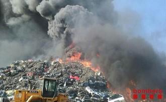 Vés a: Incendi en una planta desballestadora de cotxes a Vallbona d'Anoia