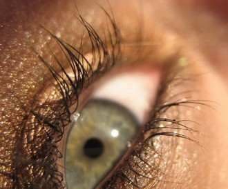 Tens els ulls verds quasi grisos i no saps com maquillar-te per treure'n partit?