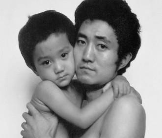 Un pare i un fill es fan la mateixa foto durant 28 anys, l'última foto et deixarà sense paraules