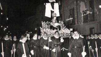 Confrares a la processó de Dijous Sant (c.1960) / Foto: Rafel Comes