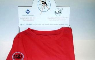 Surt al mercat una samarreta que repel·lix els mosquits