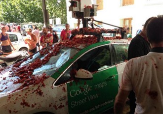 Destrossen un cotxe de Google durant la festa de la Tomatina