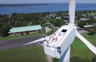 Un drone enxampa un home dormint sobre un molí de vent