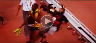 Usain Bolt, «atropellat» per un càmera després de guanyar l'or en els 200 metres llisos