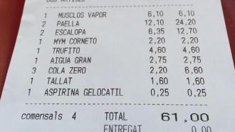 Un restaurant cobra una aspirina a un client