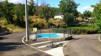Col·loquen la piscina municipal al mig d'una rotonda