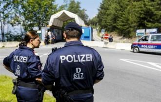 Vés a: Tres menors rescatats en estat crític  d'un camió ple de refugiats a Àustria