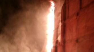 Un incendi crema part d'un edifici de la Muralla de Sant Antoni de Valls