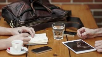 Utilitzar el mòbil en companyia es critica, però no es pot evitar