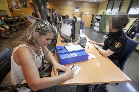 La policia espanyola suspèn  l'expedició del DNI als ajuntaments per «seguretat»