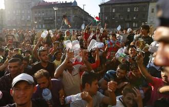 Centenars de refugiats reclamen a Budapest poder viatjar a Alemanya