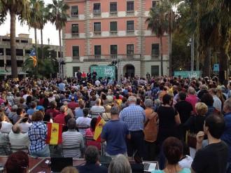 Es «colen» dues banderes espanyoles en un acte de Junts pel Sí