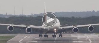 L'impressionant aterratge d'un A380, l'avió més gran del món, amb vent creuat