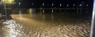 Els fort aiguat caigut en poc temps a Cunit desborda la riera de Clariana