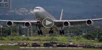 Impressionant aterratge d'un avió d'Iberia que va passar fregant els cotxes