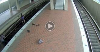 Vés a: VÍDEO Arrestada una dona als Estats Units per fer ioga a les vies del metro