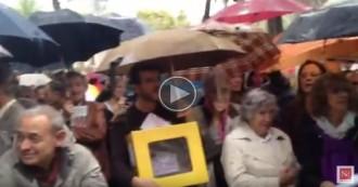 Els concentrats davant el TSJC no marxen tot i la pluja i reben Ortega amb crits d'independència