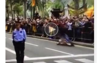 Trompada d'un ciclista que ha intentat robar una estelada davant el TSJC