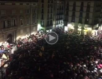 Vés a: VÍDEO Els concentrats a la plaça Sant Jaume clouen l'acte cantant «Els Segadors»
