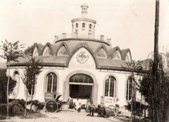 Parc de Desinfecció. Davant seu els carros de la Sanitat Municipal (1925) / Foto: Rafel Comes