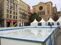 La pista de gel de la plaça Sant Joan comença a prendre forma