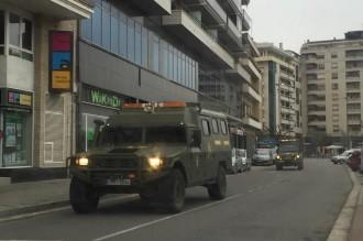 El peculiar «passeig militar» de quatre vehicles mèdics per Balaguer