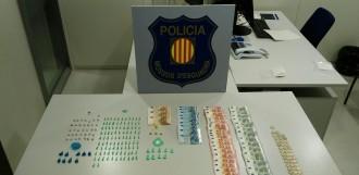 Detinguts tres homes que portaven 164 embolcalls de cocaïna i heroïna al cotxe