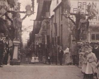 Carrer Sant Pere, ornamentat per Festa Major (1903) / Foto: Rafel Comes