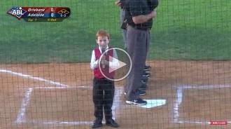 La tendra batalla d'un nen amb singlot cantant l'himne nacional australià