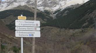 Aigüestortes senyalitza l'entrada per la Vall Fosca