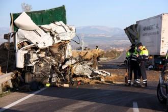 Dos morts en un accident entre camions a la C-53 a Anglesola