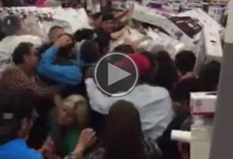 VÍDEOS Clients arriben a les mans per les ofertes del «Black Friday»