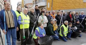 Els veïns del carrer Historiador Cardús enarboren les escombres