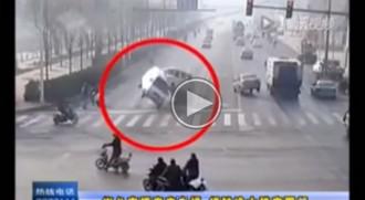 VÍDEO Estrany accident a la Xina: tres cotxes es posen a levitar