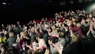 Una petició de matrimoni de pel·lícula: dues dones en donen al «sí» en uns cinemes de Cornellà
