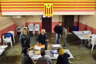 Sant Martí Sescorts vota amb una estelada a dins el col·legi electoral