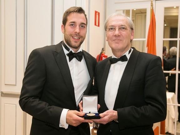 Pau Ridorsa rep una de les medalles d'or del Foro Europa 2001