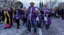 Més de 1.200 persones i 14 comparses omplen de confeti la ciutat de Cambrils