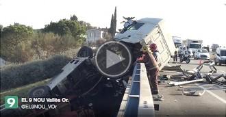 Espectacular accident amb un camió que ha caigut de la C-17 a Canovelles