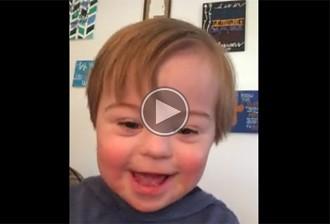 El nen amb síndrome de Down que recita l'abecedari i enamora la xarxa