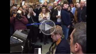 VÍDEO Elton John soprèn amb una actuació improvisada a Londres
