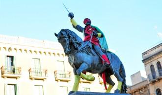Les estàtues de Reus també s'apunten al Carnaval amb originals disfresses