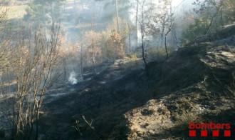 Un incendi calcina mitja hectàrea de matolls i pinassa a Gironella, al Berguedà